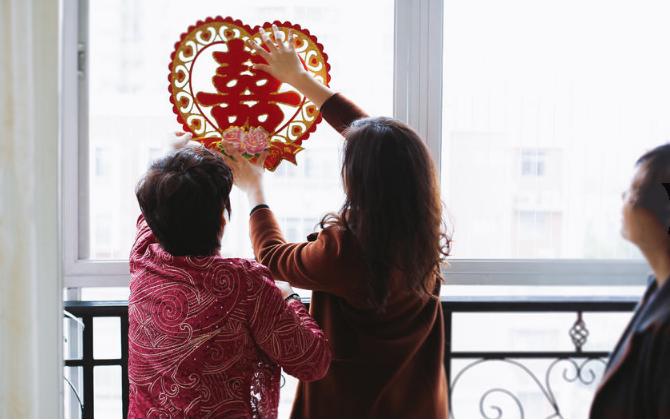 下载app领彩金37必拍——新郎父母贴喜字