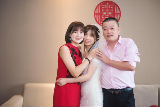 下载app领彩金37必拍——新娘与家人合影