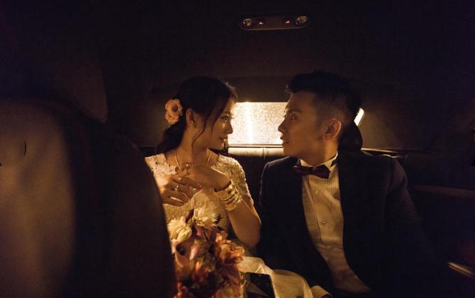 婚礼必拍——新娘家人送新娘婚礼必拍——新人车上合影