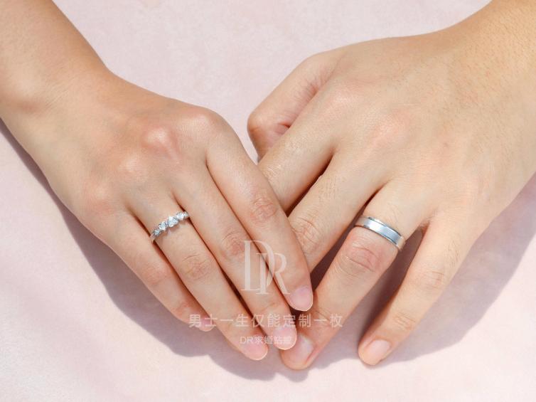 戒指上有手毛的样子