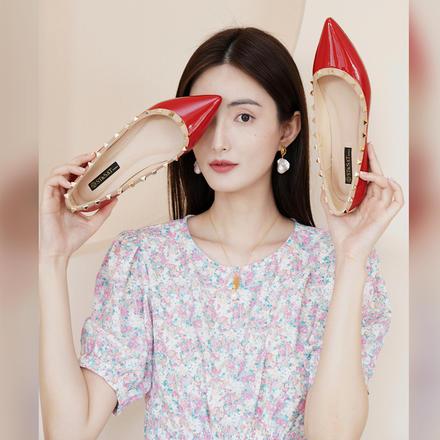 ST&SAT/星期六漆面牛皮革柳钉尖头平底时尚单鞋