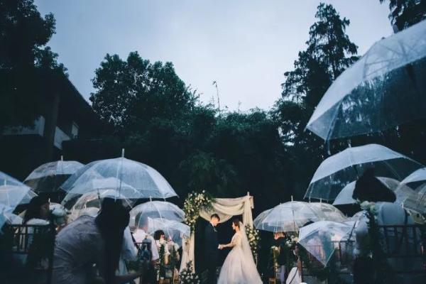 户外婚礼撑伞举行仪式