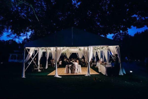 户外婚礼在帐篷里举行仪式