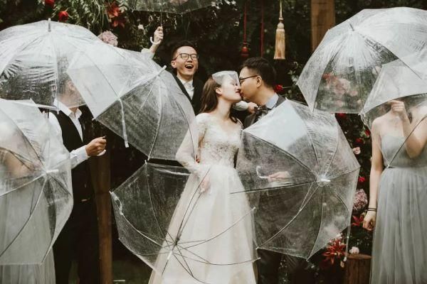 户外婚礼新人亲吻合照