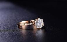 第二个手指戴戒指代表什么 二拇指戴戒指是什么意思