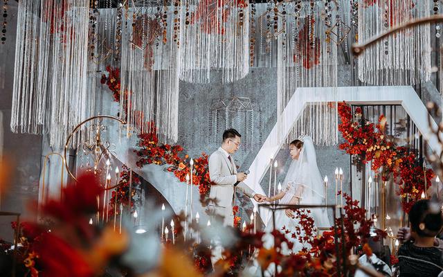 婚礼当天的幸福感通过眼神就能感觉得到