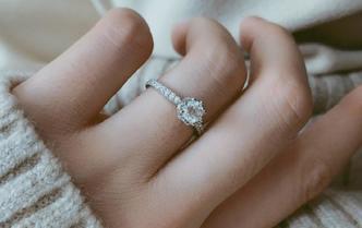 皇冠钻石婚戒 l 经典六爪.奢华群镶. 克拉闪耀
