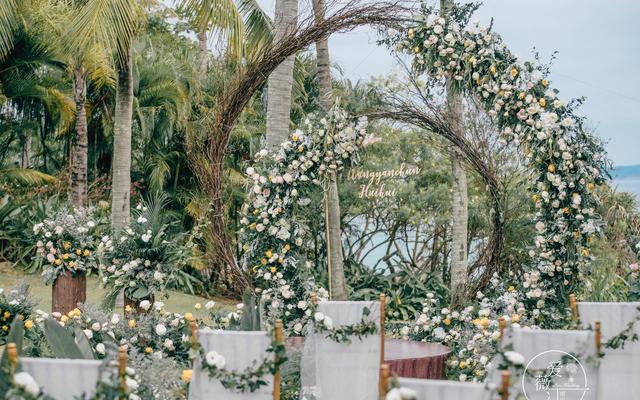 【网红案例】30人小型精致草坪海岛婚礼鲜花布置