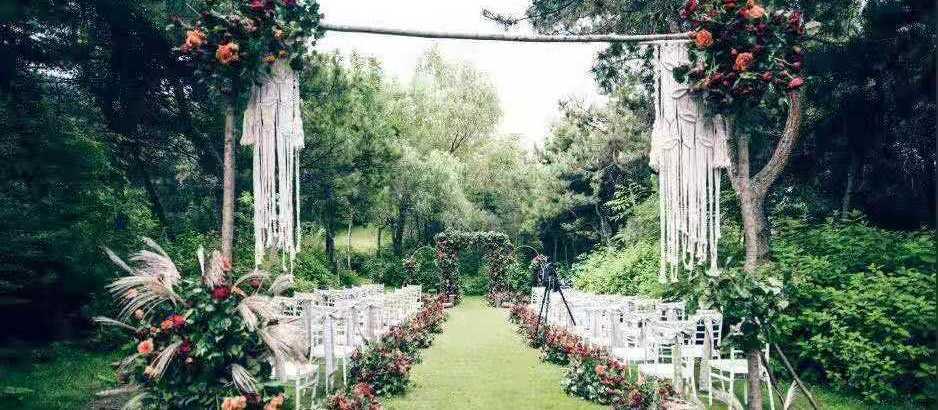 热高乐园 草坪 城堡 教堂主题婚礼乐园