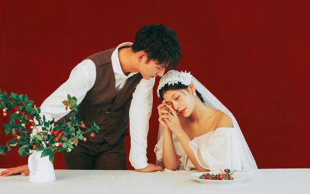 室内韩式暖调纯背景风格婚纱照