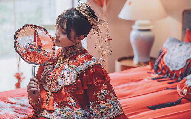 「凤衔」茧迹原创造型手绣中式婚礼服