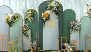 白绿清新简约小型草坪婚礼
