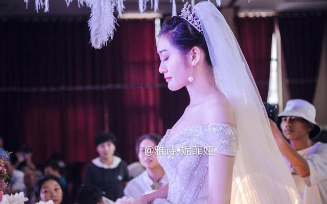 雅诗·妮菲娅 品牌婚纱2019款拖尾
