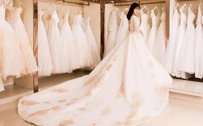 跟妆跟拍+拖尾婚纱+西装五件套+手绣裙褂+礼服