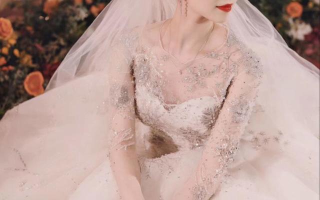 当天试妆时是带上了自己的婚纱,这样化妆师更加方便