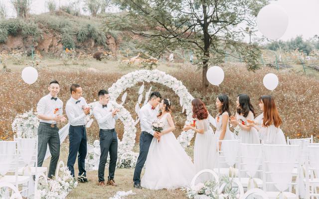 来自6月的浪漫户外草坪婚礼