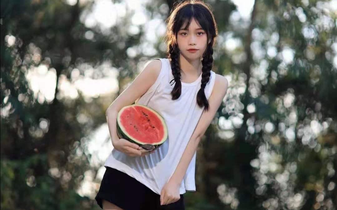 夏日限定清新日系吃西瓜的少女