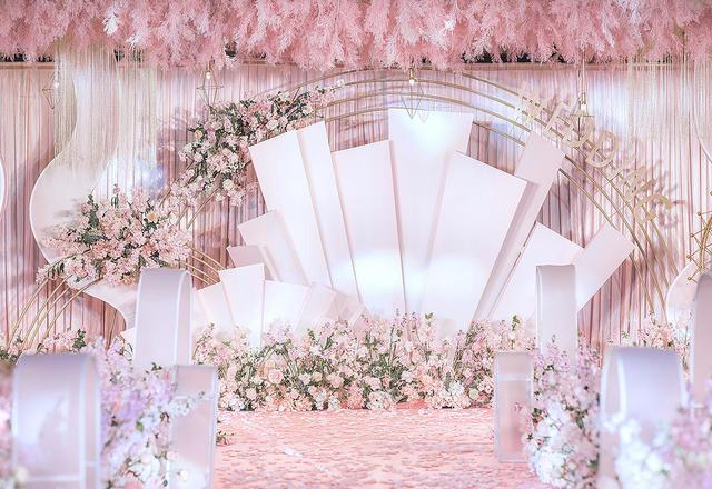 层高只有3.2米,舞台做了个花艺吊顶《蜜语》
