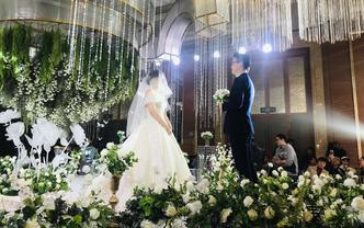 讲述性主持人+创意摄影摄像团队+婚礼现场执行
