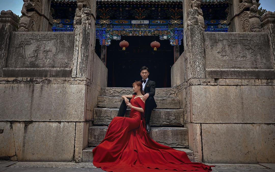 传统建筑作为背景与现代时尚婚纱照结合