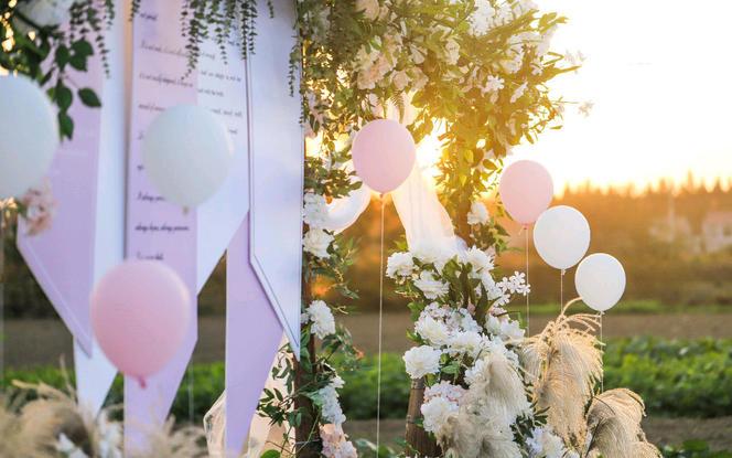 一场乡村家门口菜园里的户外婚礼