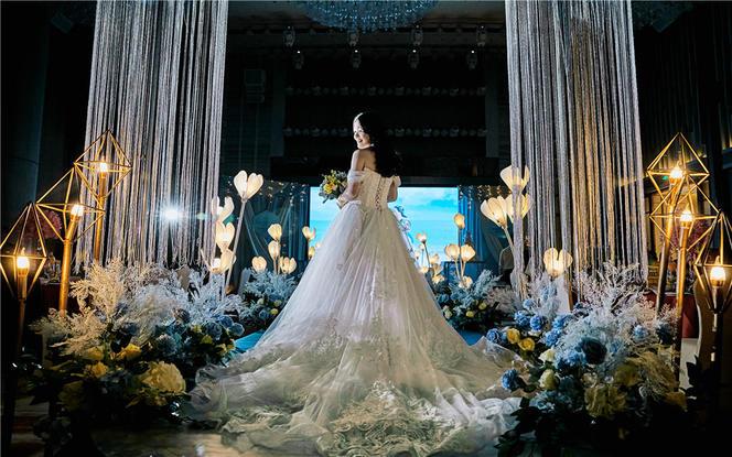 蓝色清新婚礼布置四大金刚婚纱花艺灯光