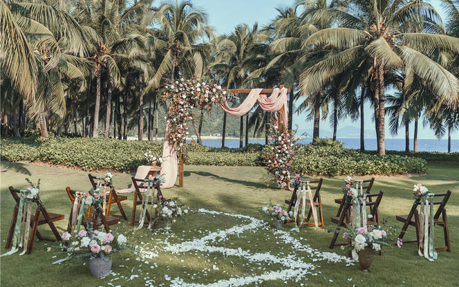 10人海边草坪婚礼:场地+房间+4大金刚