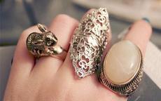 女人右手中指戴戒指是什么意思啊