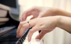 女生戒指戴在左手食指什么意思 戒指的戴法和意义(图解)