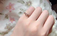 戒指带小指是什么意思 女士左手小指戴戒指