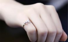 女生戒指戴小拇指什么意思