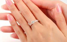 女孩右手中指戴戒指是什么意思