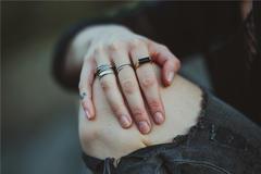 男生右手食指带戒指什么意思