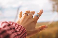 未婚女孩戒指戴食指是什么意思