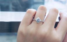 女的左无名指戴戒指是已经结婚吗 女性婚戒戴法