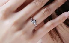 女人右手小指戴戒指有什么含义