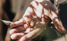 男的左手食指戴戒指是什么意思 男女食指戴戒指含义