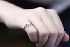 女生左右手戴戒指的含义
