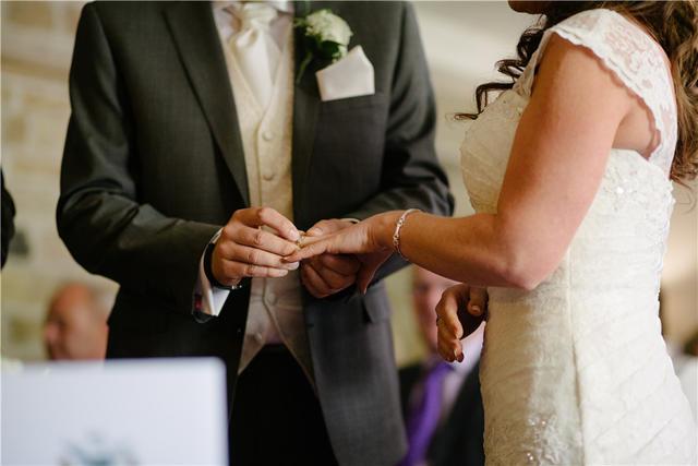 新郎给新娘戴结婚戒指