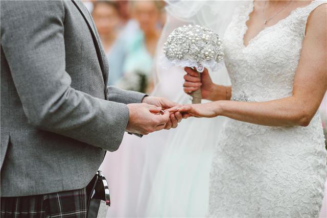 新娘戴结婚戒指