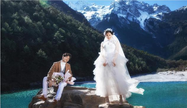 /雪山下的婚纱照