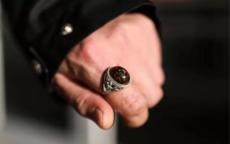 男生右手戴戒指的含义