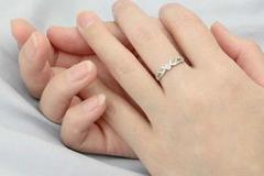 女士右手中指戴戒指什么意思