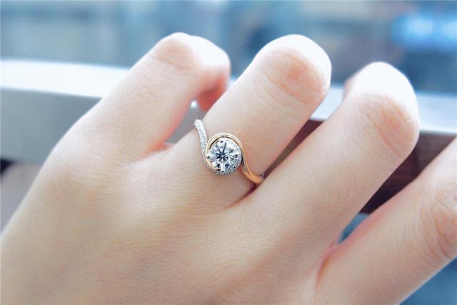 女生戴戒指