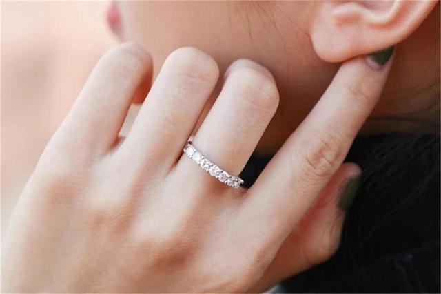 中指戴戒指