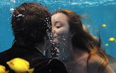 水中唯美婚纱照原来是这样拍的  不会游泳也能拍