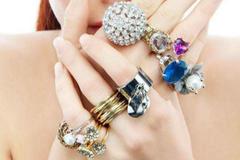 女生带戒指带哪只手