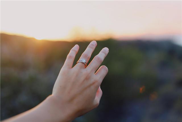 女生无名指戴戒指