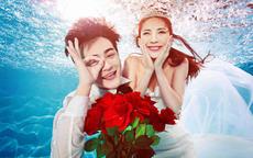 水下拍摄婚纱照的表情姿势