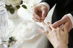 求婚用什么戒指比较合适 是对戒好还是钻戒好